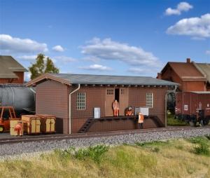 Magazyn kolejowy z rampą